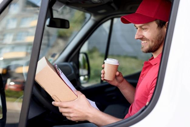 Uomo di consegna vista laterale con caffè