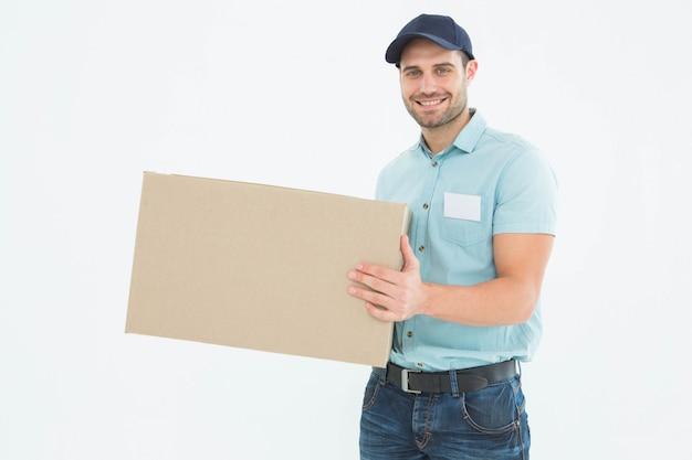 Uomo di corriere che porta scatola di cartone