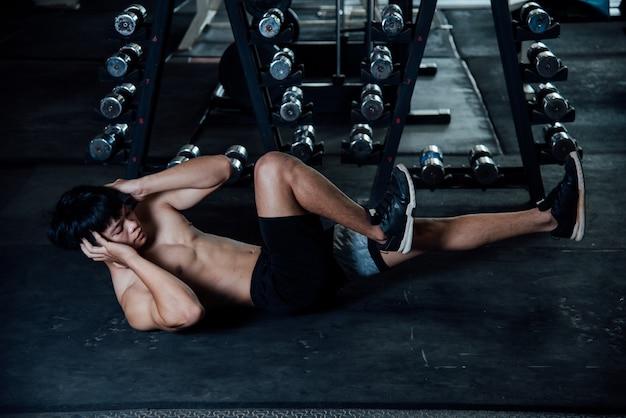 Uomo di fitness sverminare in palestra