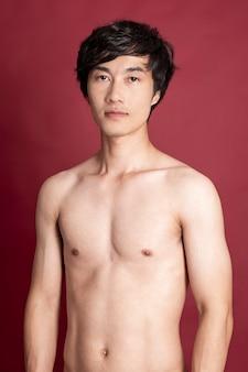 Uomo di forma fisica su sfondo rosso