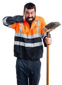 Uomo di garbage che copre le sue orecchie