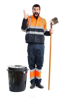 Uomo di garbage che fa gesto di sorpresa