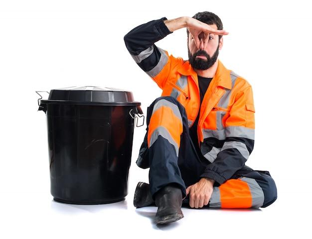 Uomo di garbage che fa odore di gesto cattivo