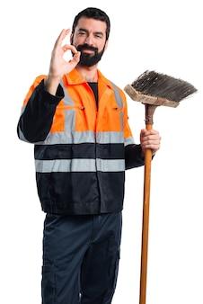 Uomo di garbage che fa segno ok