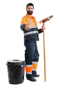 Uomo di garbage che fa un affare