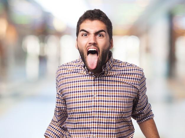 Uomo di grido con la lingua fuori
