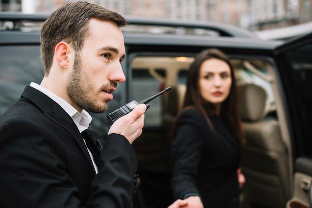 Uomo di guardia professionale di vista laterale al lavoro