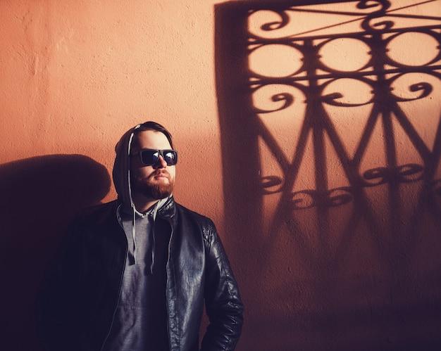 Uomo di hipster con la barba in cappuccio