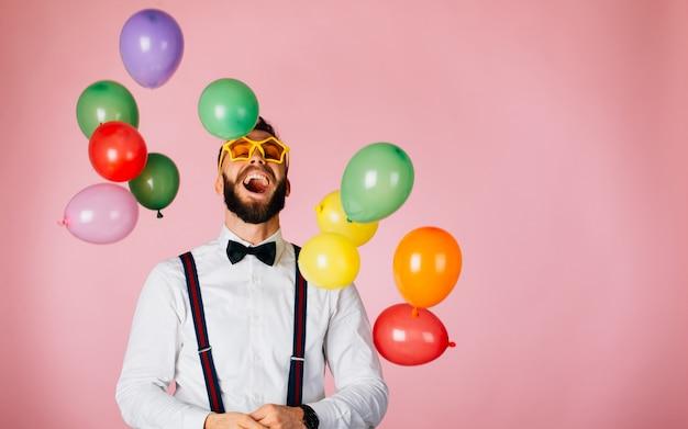Uomo di hipster sul set di ritratti di studio
