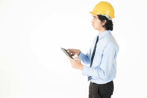 Uomo di ingegneria che indossa casco giallo su bianco