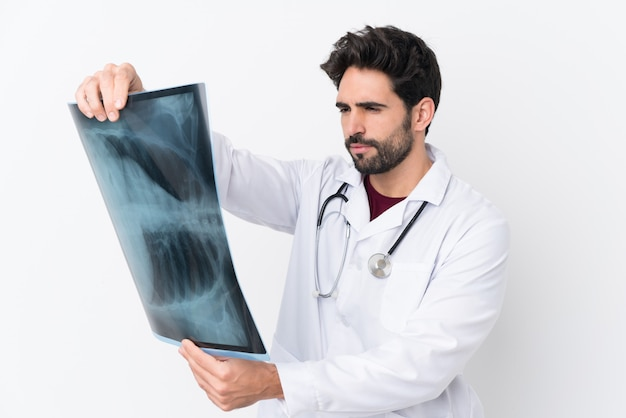 Uomo di medico sopra la parete isolata