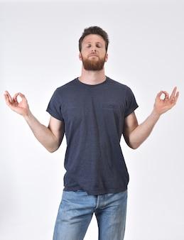 Uomo di meditazione su bianco