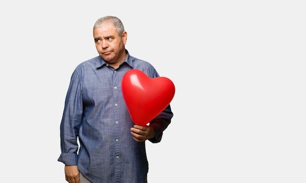 Uomo di mezza età che celebra san valentino pensando a un'idea