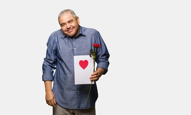 Uomo di mezza età che celebra san valentino sognando di raggiungere obiettivi e scopi