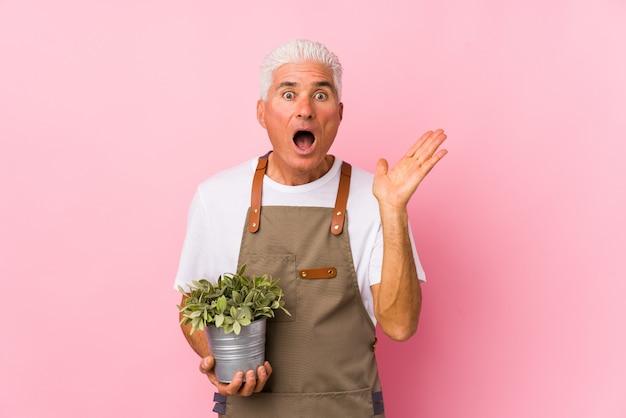 Uomo di mezza età giardiniere isolato sorpreso e scioccato.