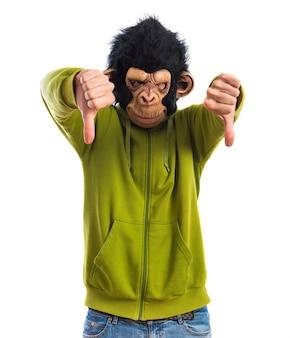 Uomo di scimmia che fa il segnale difettoso