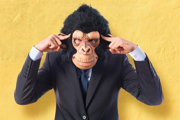 Uomo di scimmia che pensa su sfondo bianco