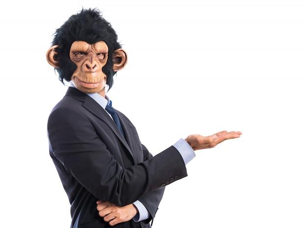 Uomo di scimmia che presenta qualcosa