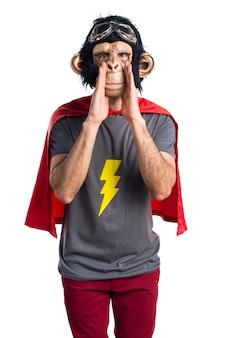 Uomo di scimmia supereroe che grida