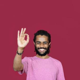 Uomo di smiley che usando il segno giusto