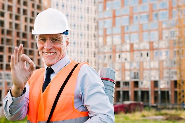 Uomo di smiley del colpo medio che mostra approvazione