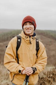 Uomo di smiley di vista frontale in natura