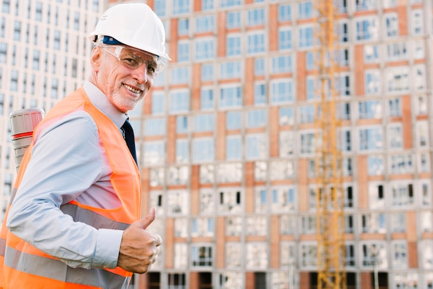 Uomo di smiley di vista laterale che mostra approvazione