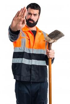 Uomo di spazzatura che fa segno di arresto