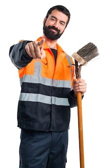 Uomo di spazzatura che punta alla parte anteriore