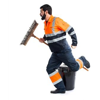 Uomo di spazzatura in esecuzione veloce