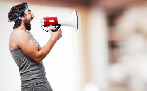 Uomo di sport con un megafono