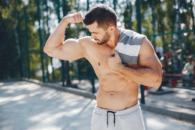 Uomo di sport in un parco di mattina di estate