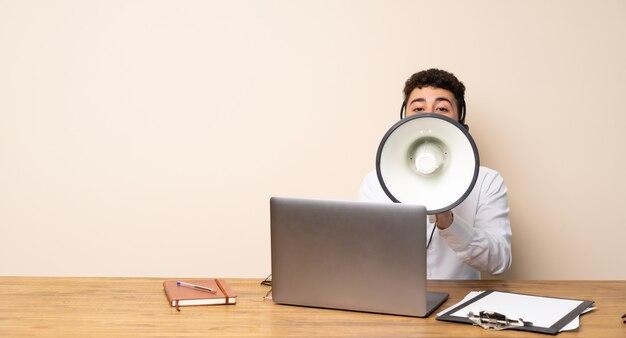 Uomo di telemarketer che grida tramite un megafono