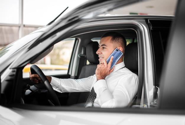 Uomo di vista frontale che parla sopra il telefono