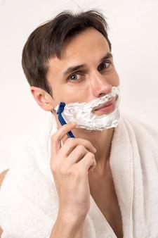 Uomo di vista frontale che rade barba