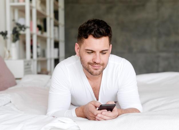 Uomo di vista frontale che si situa a letto