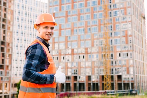 Uomo di vista laterale con i guanti che mostrano approvazione