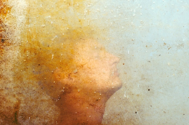 Uomo dietro vetro sporco, silhouette