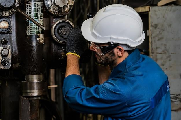 Uomo dipendente di fabbrica industriale che lavora con macchinari