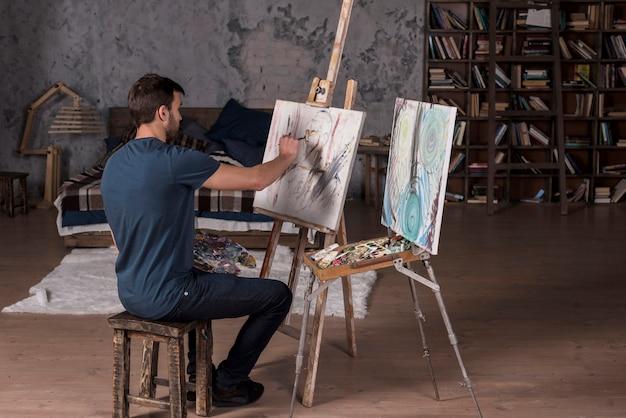 Uomo dipinto a casa
