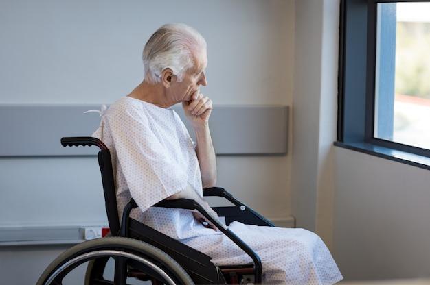 Uomo disabile su sedia a rotelle