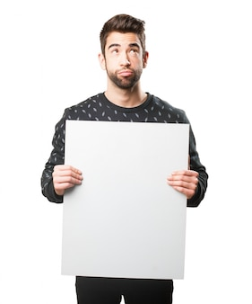 Uomo distratto con un grande cartello