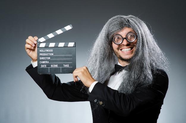 Uomo divertente con clapboard film