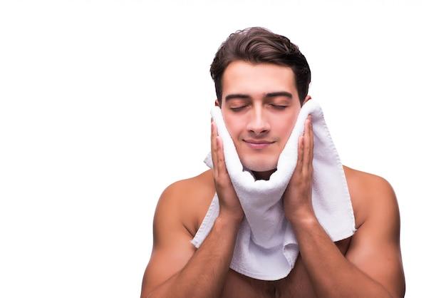 Uomo dopo la doccia isolato su bianco