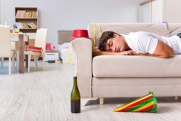 Uomo dopo la festa di natale pesante a casa