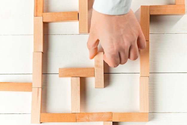 Uomo e cubi di legno sul tavolo. concetto di gestione