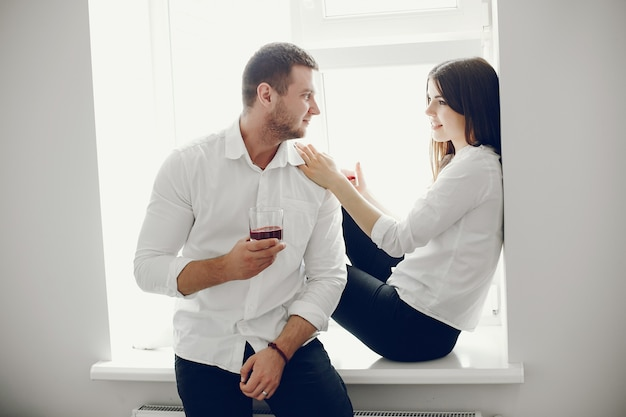 Uomo e donna a casa