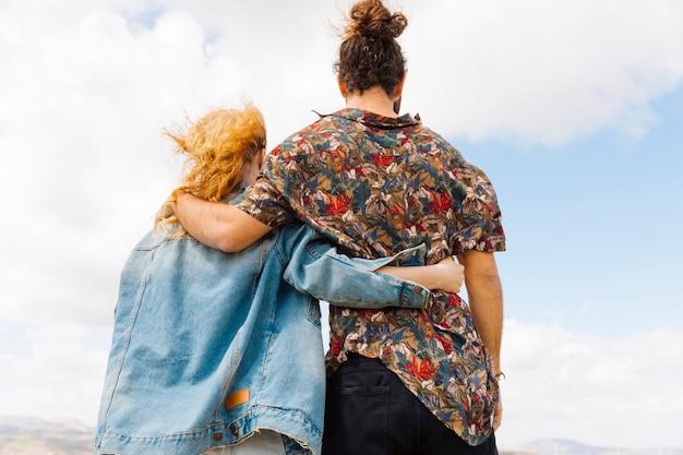 Uomo e donna bloccati in un abbraccio