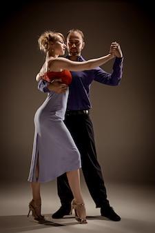 Uomo e donna che ballano il tango argentino