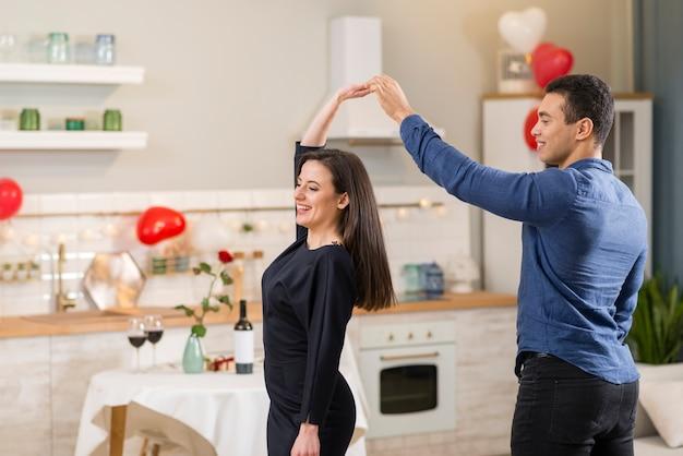 Uomo e donna che ballano insieme il giorno di san valentino con lo spazio della copia